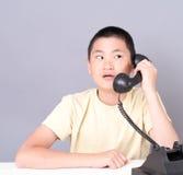 felanmälanstelefon som mottar den konstiga tonåringen Royaltyfri Foto