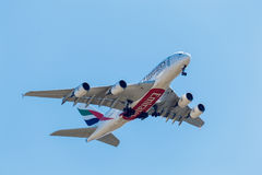 FELBRIDGE, SURREY/UK - AUGUST 9 : Emirates Airbus approaching Ga Royalty Free Stock Photos