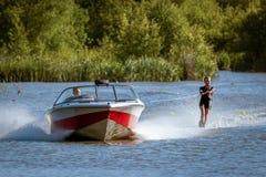FELBRIDGE, SURREY/UK - MAJ 29: Wodny narciarstwo przy Wiremill jeziorem n obrazy stock