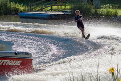 FELBRIDGE, SURREY/UK - 29 MEI: Water die bij Wiremill-Meer n ski?en Royalty-vrije Stock Fotografie