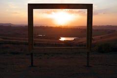 Feld afrikanischer Sonnenuntergang im Verkaufszeichen Lizenzfreie Stockbilder