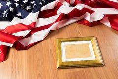 Feld auf Hintergrund der amerikanischen Flagge - Bild stockfotografie