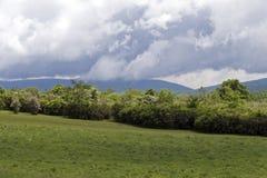 Feld, Berge, Wolken Lizenzfreies Stockfoto