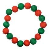 Feld den roten und grünen Weihnachtsball, der auf weißem Hintergrund lokalisiert wird Lizenzfreies Stockfoto