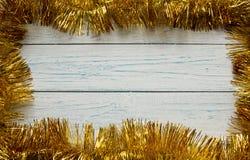Feld der goldenen Weihnachtsgirlande Hölzerner weißer Hintergrund Stockfotografie