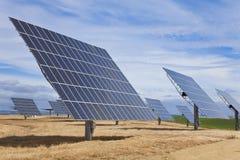 Feld der grüne Energie-photo-voltaischen Sonnenkollektoren stockfotos