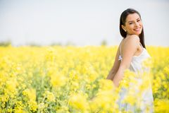 Feld der jungen Frau im Frühjahr Lizenzfreies Stockfoto