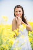 Feld der jungen Frau im Frühjahr Lizenzfreie Stockfotografie
