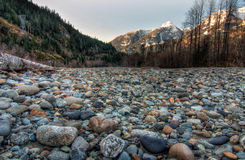 Feld der natürlichen Steine mit Bergen Stockfotos