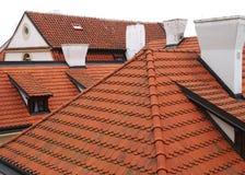 Feld der roten mit Ziegeln gedeckten Dächer. Stockfoto
