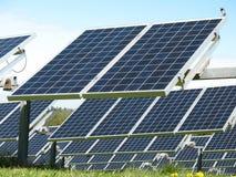 Feld der Sonnenkollektoren stockbild