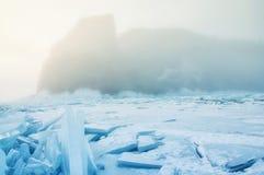 Feld des blauen Eises und der Felsen mit Sonne Stockbild