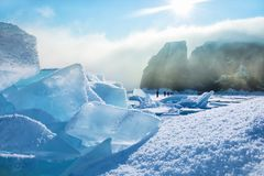 Feld des blauen Eises und der Felsen mit Sonne Lizenzfreie Stockfotos