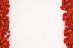 Feld des chinesischen goji auf kurzen Seiten auf dem weißen Hintergrund lizenzfreies stockfoto