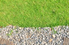 Feld des grünen Grases gegen einen blauen Himmel mit wispy weißen Wolken Stockfotografie