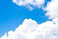 Feld des grünen Grases gegen einen blauen Himmel mit wispy weißen Wolken weiße Wolken über Weichzeichnung des blauen Himmels Stockbilder