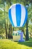 Feld des Grases, eine Zahl Nummer Eins nahe großem Spielzeugballon, der Geburtstag des ersten Jahres des Lebens Stockfoto