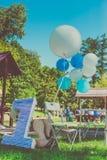 Feld des Grases, eine Zahl Nummer Eins nahe großem Spielzeugballon, der Geburtstag des ersten Jahres des Lebens Stockbild
