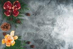 Feld des köstlichen Granats, Mandarine Zimt und Anis auf dunklem Hintergrund Konzept des neuen Jahres, Kopienraum Flache Lage Bes stockfotos