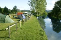 Feld des kampierenden Zeltes über grünem Gras lizenzfreie stockfotografie