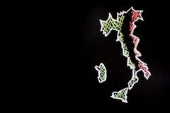 Feld des Landes Italien mit Farben der Staatsflagge von Italien geschrieben durch Kreide auf den schwarzen Hintergrund Stockbilder