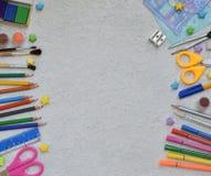 Feld des Schulbedarfs und der Versorgungen: Bleistifte, Markierungen, Farben, Stifte auf einem hellen Hintergrund Zurück zu Schul Lizenzfreie Stockbilder