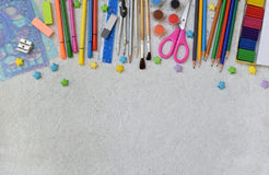 Feld des Schulbedarfs und der Versorgungen: Bleistifte, Markierungen, Farben, Stifte auf einem hellen Hintergrund Zurück zu Schul Lizenzfreie Stockfotos