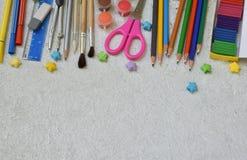 Feld des Schulbedarfs und der Versorgungen: Bleistifte, Markierungen, Farben, Stifte auf einem hellen Hintergrund Zurück zu Schul Lizenzfreies Stockbild