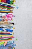Feld des Schulbedarfs und der Versorgungen: Bleistifte, Markierungen, Farben, Stifte auf einem hellen Hintergrund Zurück zu Schul Lizenzfreie Stockfotografie