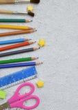 Feld des Schulzubehörs und -versorgungen: Bleistifte, Markierungen, Farben, Stifte auf einem hellen Hintergrund Zurück zu Schule  Lizenzfreie Stockfotografie
