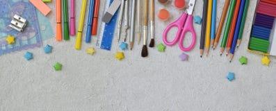 Feld des Schulzubehörs und -versorgungen: Bleistifte, Markierungen, Farben, Stifte auf einem hellen Hintergrund Zurück zu Schule  Stockfoto