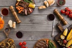 Feld des unterschiedlichen Lebensmittels kochte auf dem Grill Stockfotografie