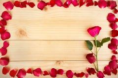 Feld die Form, die aus rosafarbenen Blumenblättern heraus auf hölzernem Hintergrund, Valentin gemacht wird vektor abbildung