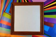 Feld für Foto auf dem Hintergrund des farbigen Papiers lizenzfreies stockfoto