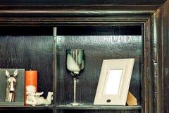 Feld für Fotostatue eines Engels und der Kerze auf einem Regal Stockfoto