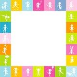 Feld für Kinder mit stilisierten Kindern silhouettiert das Spielen frei Stockbild