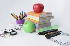 Feld für Text und Schulbedarf auf einem weißen Hintergrund Lizenzfreies Stockfoto