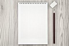 Feld in Form eines Notizbuches mit einem Bleistiftlügen Stockbild