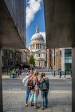 Feld Fotografie von St- Paul` s Kathedrale mit den Touristen, welche die Karte am 11. August 2013 genommen studieren Lizenzfreies Stockbild