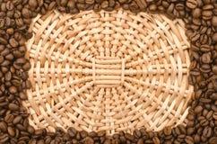 Feld gebildet von den Kaffeebohnen Stockfotografie