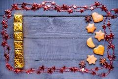 Feld gemacht von den Geschenkboxen, von den Lebkuchenweihnachtsplätzchen und vom bijouterie Stockfotos