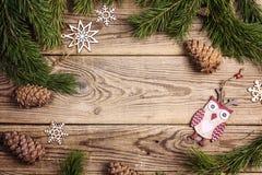 Feld gemacht von Kiefernniederlassungen und Weihnachtsdekorationen rustikalem ele Stockfoto