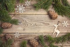 Feld gemacht von Kiefernniederlassungen und Weihnachtsdekorationen rustikalem ele Lizenzfreie Stockfotografie