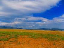Feld, Hügel und Himmel Lizenzfreies Stockfoto