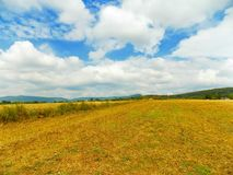 Feld, Hügel und Himmel Lizenzfreies Stockbild