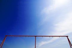 Feld im Hintergrund des blauen Himmels Lizenzfreie Stockbilder