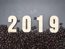 2019 Feld-Kaffeebohnen auf dunklem Hintergrund lizenzfreie stockbilder
