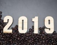 2019 Feld-Kaffeebohnen auf dunklem Hintergrund stockbild