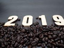 2019 Feld-Kaffeebohnen auf dunklem Hintergrund stockfoto