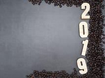 2019 Feld-Kaffeebohnen auf dunklem Hintergrund stockfotos